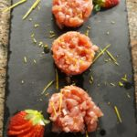 Tartar di Salmone e pere su carpaccio di funghi